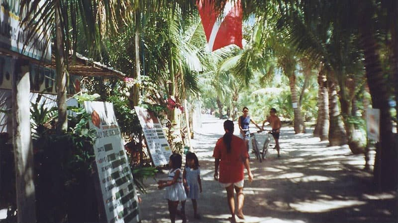 the-80s-backpackers-and-boat-stations