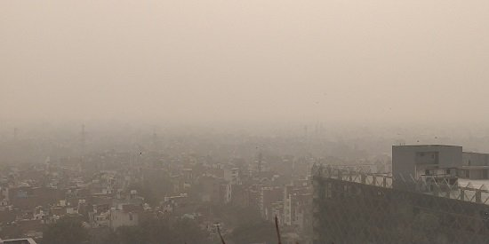 A picture of an extremely smoggy skyline over Delhi.